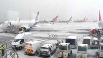Zamknięte szkoły i lotniska, zablokowane drogi. Wielka Brytania sparaliżowana opadami śniegu
